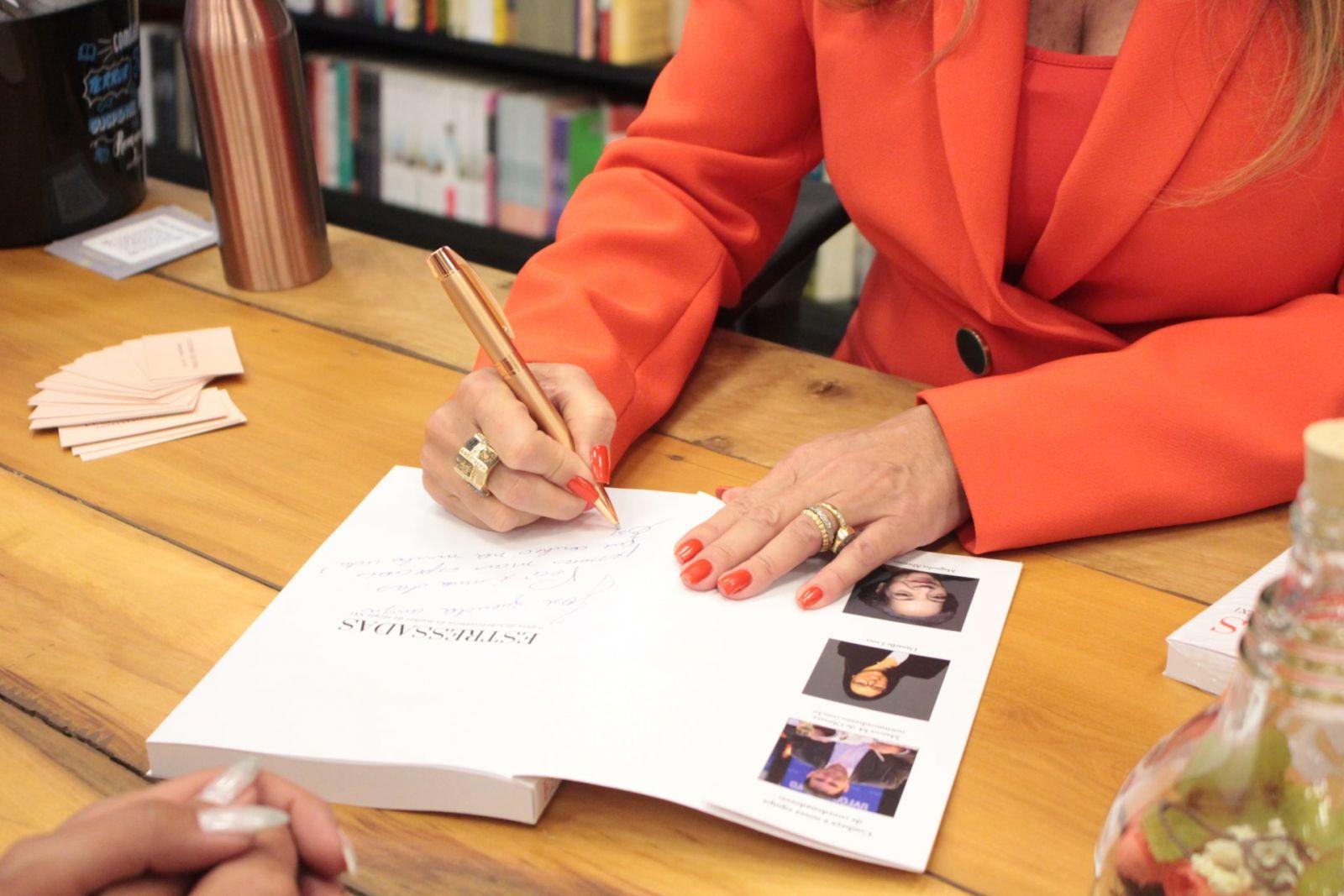 Noite de autógrafos com a coautora Lucinha Silveira