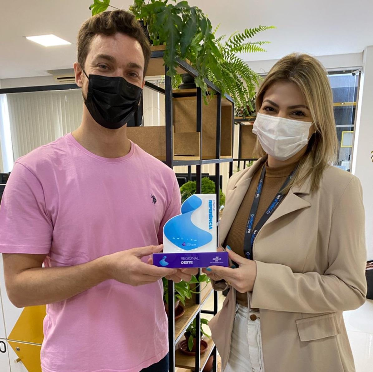 Leonardo Superti, CEO da Startup CustomerX, recebe o troféu da categoria Referência.